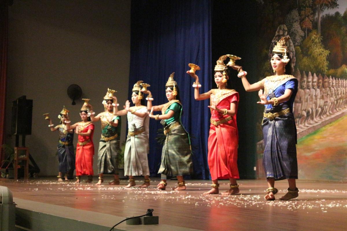 欣賞當地民俗舞蹈演出
