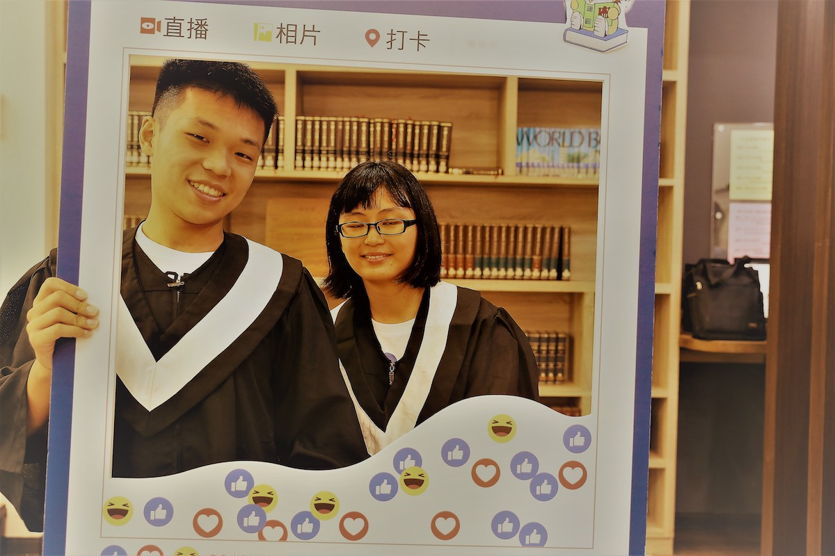 校慶暖身週 week before the anniversary day in library: alumnus