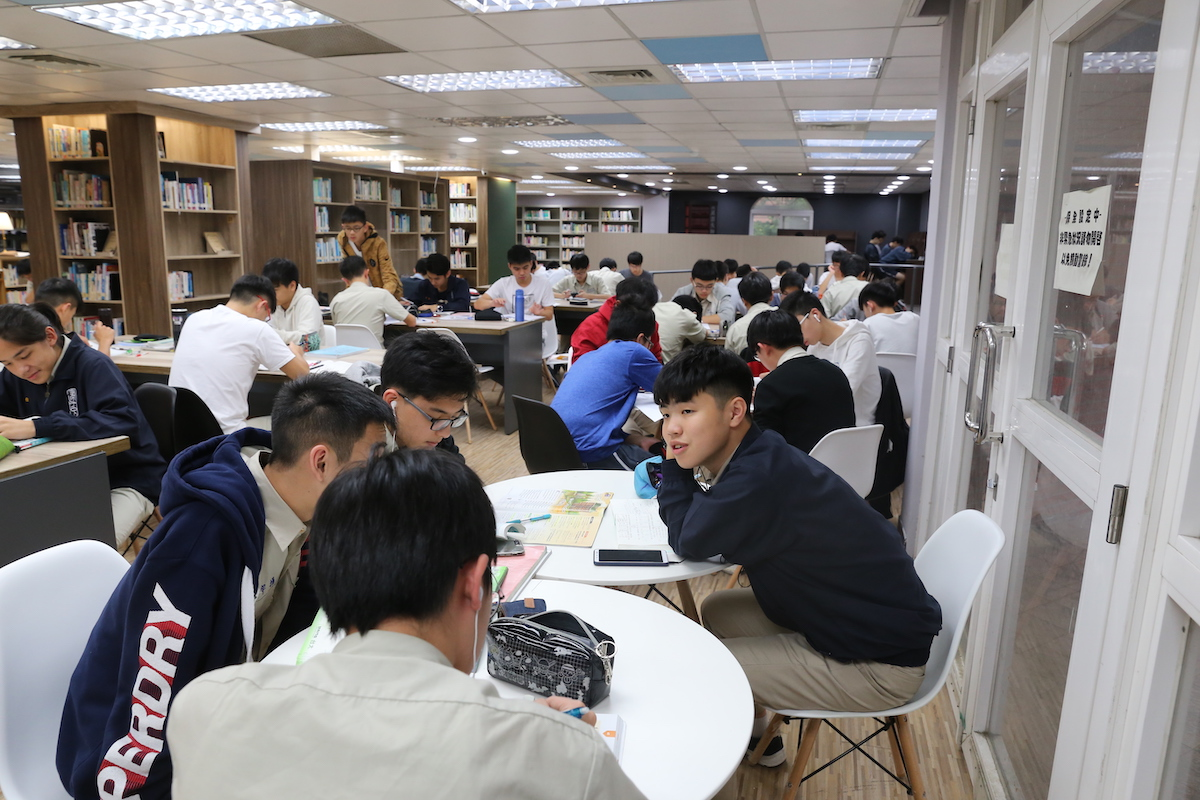 校慶暖身週 week before the anniversary day in library: study hard readers, meet the test, 2f