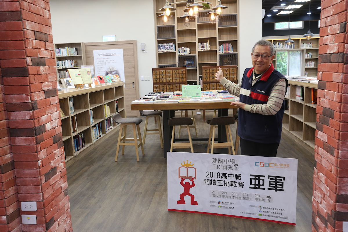 校慶暖身週 week before the anniversary day in library: new-book show, with library head